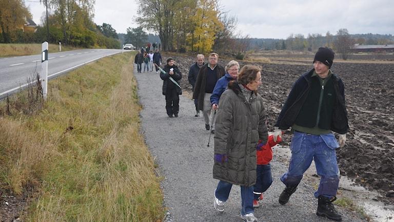 Grannarna gick samman och byggde en egen väg. Bild från invigningen i oktober 2009.