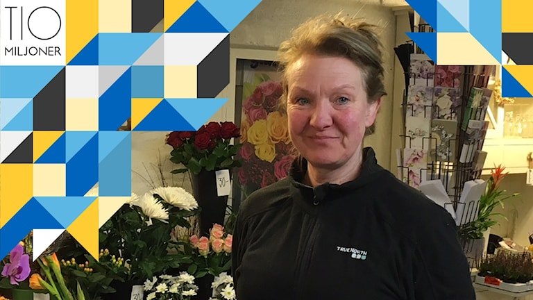 En kvinna i en blomsterbutik.