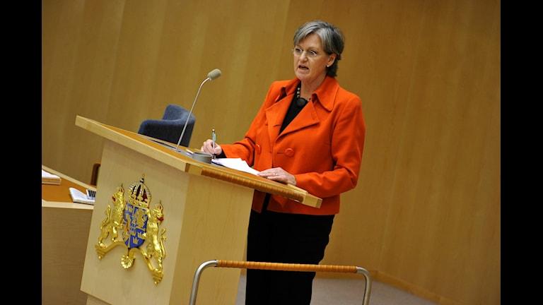 Socialförsäkringsminister Cristina Husmark Pehrsson vid en sjukförsäkringsdebatt i riksdagen.