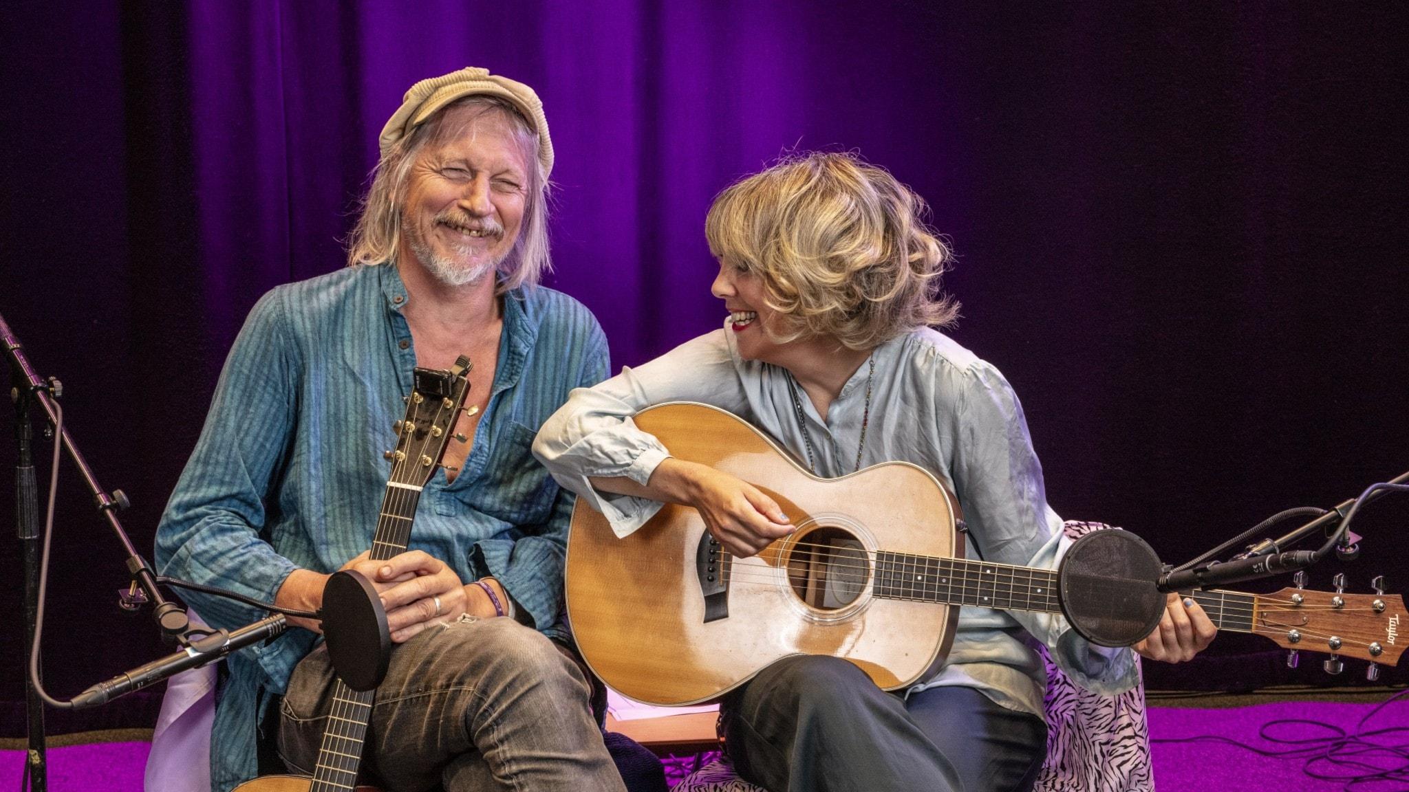 Stefan Sundström och Marit Bergman sitter bredvid varandra i Studio 4 och skrattar med gitarrer i knät.