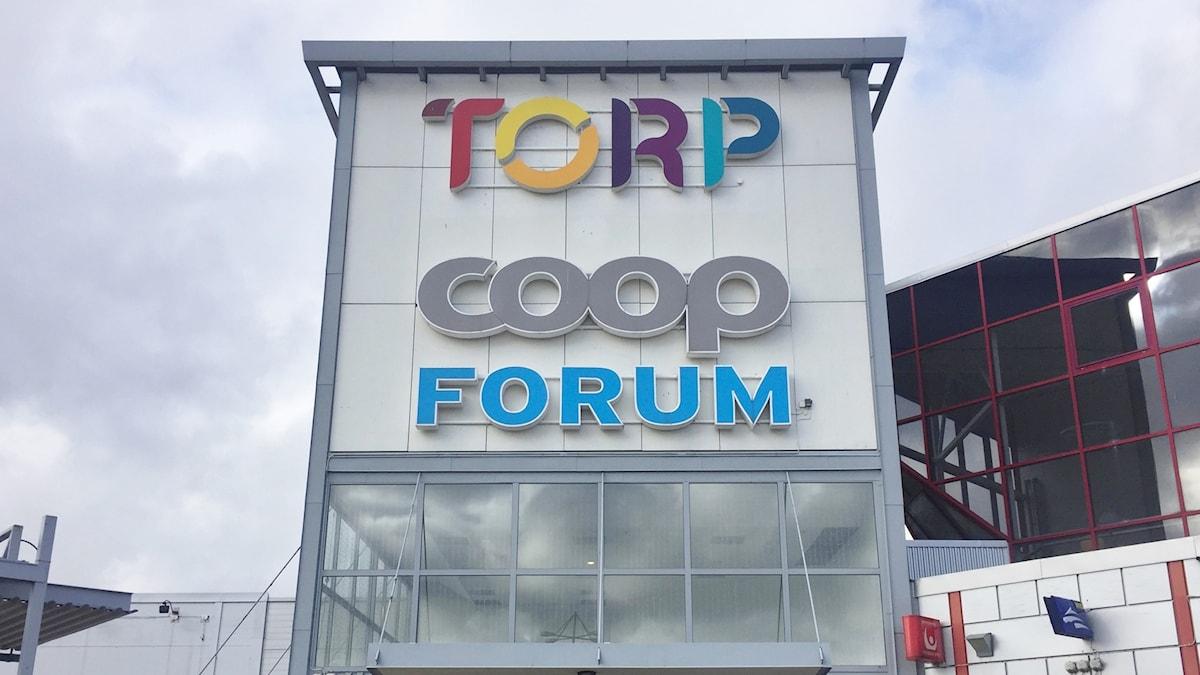 En bild på entreskylten till Torps köpcentrum utanför Uddevalla. Hur kan shoppingen i Uddevalla centrum överleva giganten Torp.