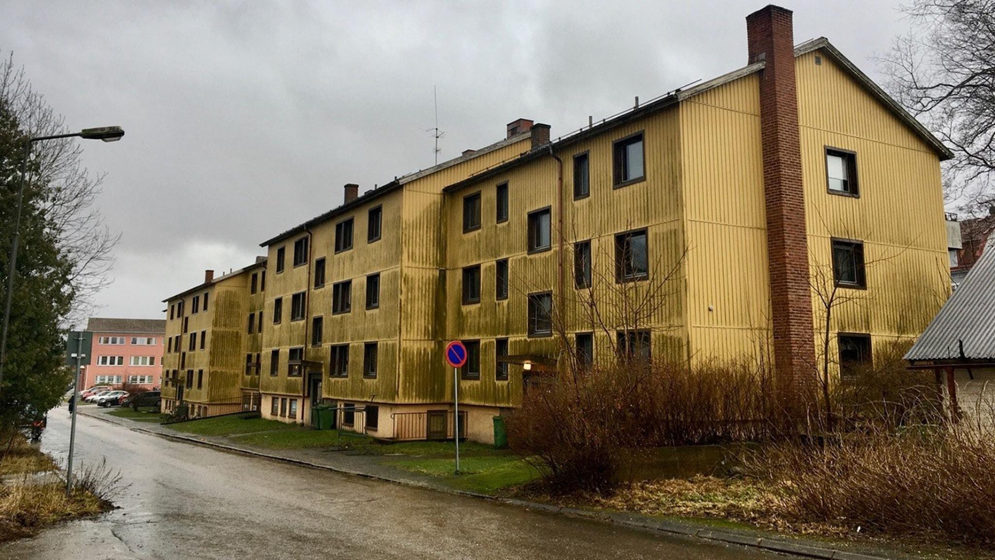 Ett flerbostadshus med möglig plåtfasad.
