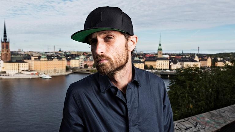 Välkommen in till en annan musikalisk värld med Henrik Eye N' I Blomqvist.
