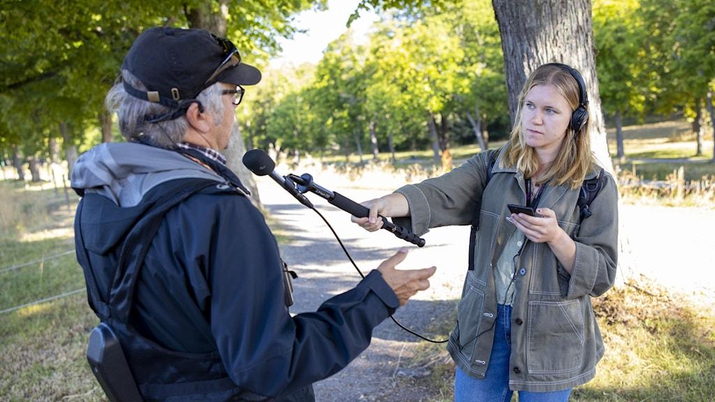 Reporterintervju via mobil med coronapinne
