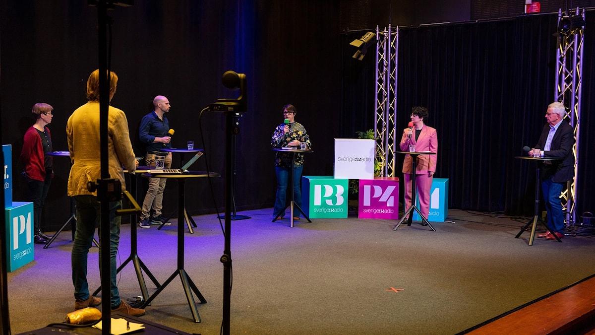 Panelen i seminariet står på scenen i Studio 4 i Radiohuset.