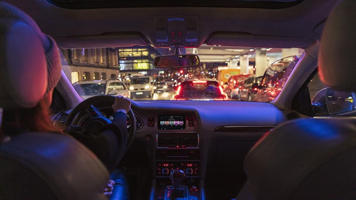 Bil interiör med bilradio i fokus
