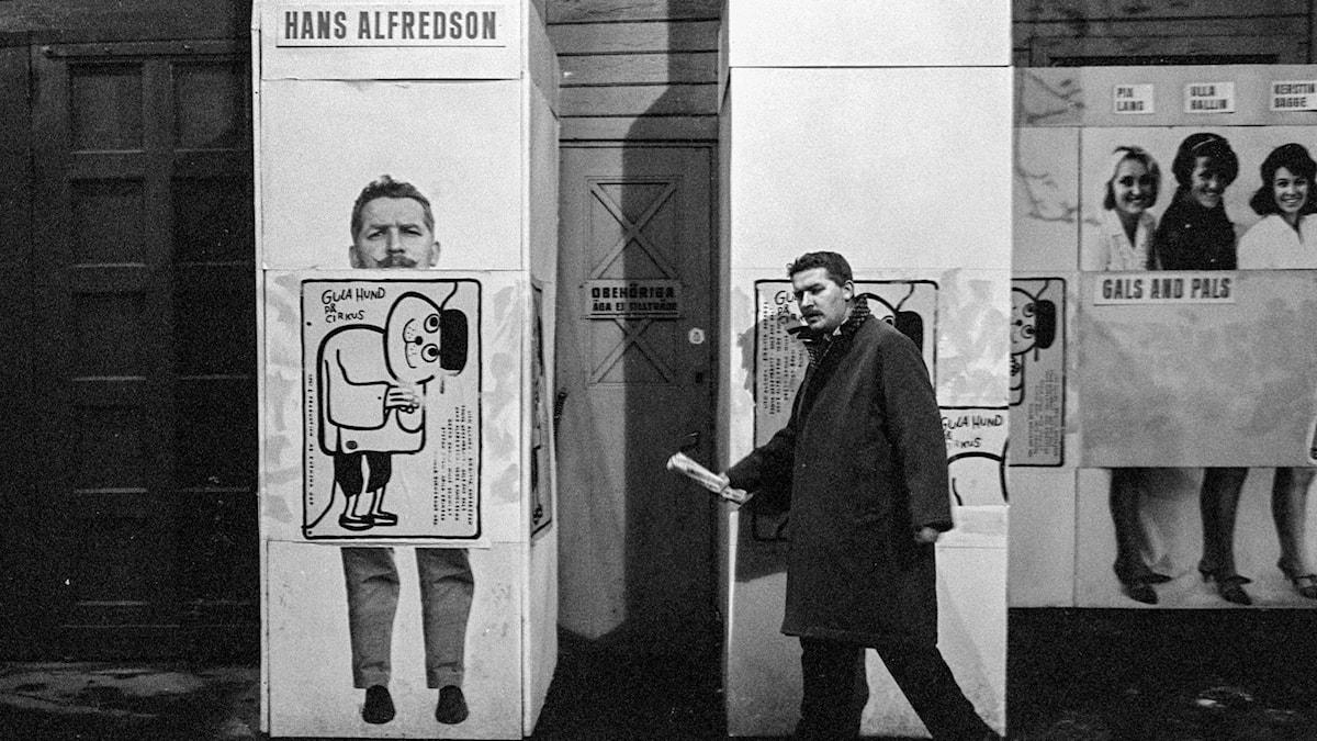 Hans Alfredson anländer till teatern i Göteborg för att uppträda i revyn Gula Hund i november 1964.