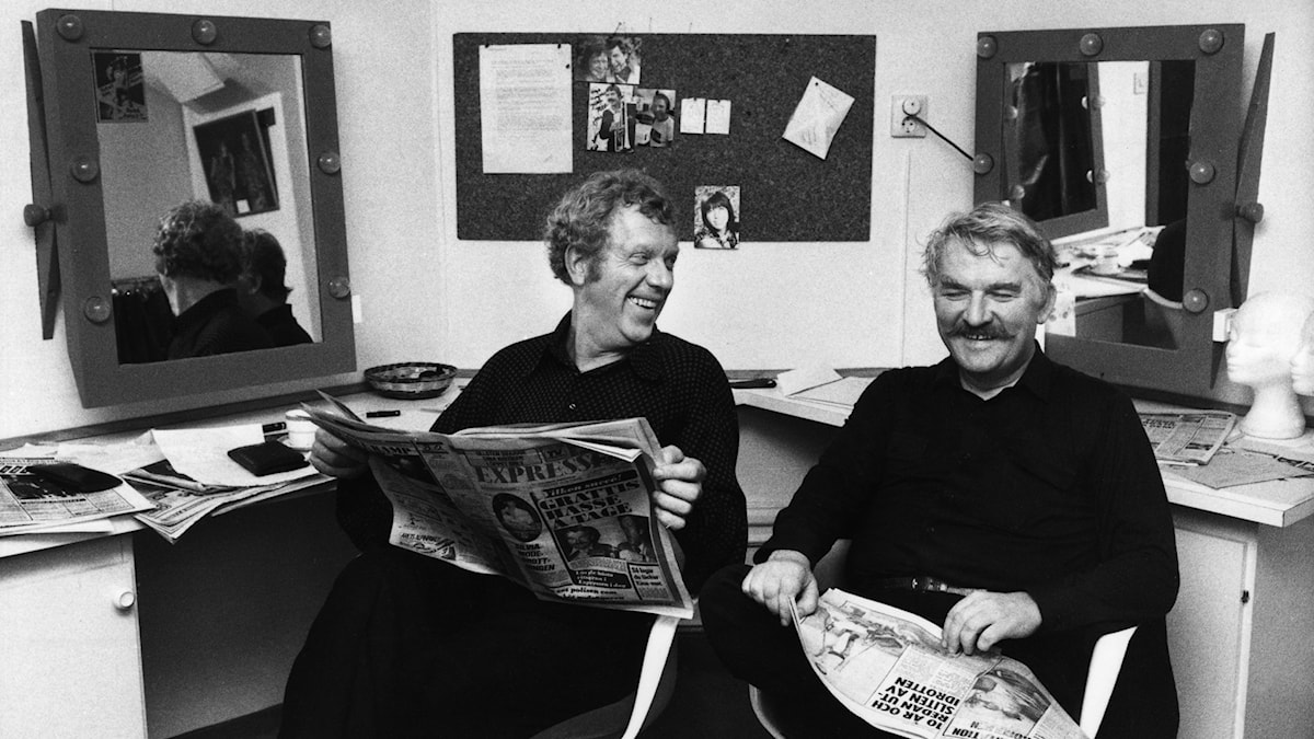 """Tage Danielsson och Hasse Alfredson läser recensionerna dagen efter premiären av deras revy """"Under dubbelgöken""""."""