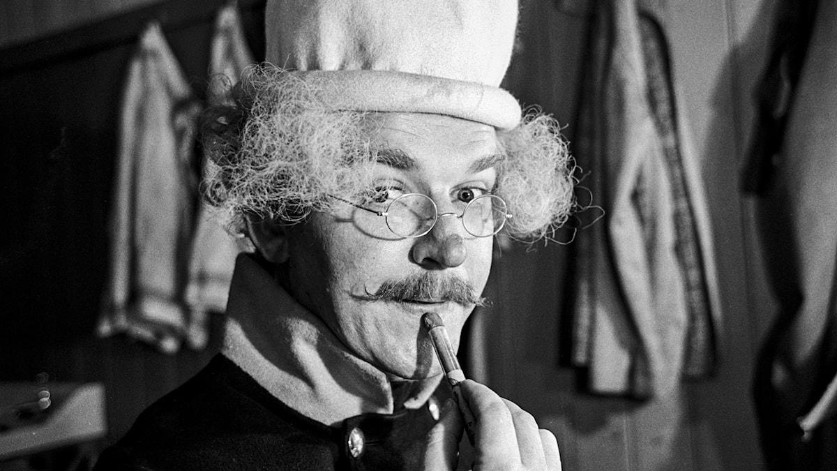 Hans Alfredson i sminklogen på Cirkusteatern i Göteborg för att uppträda i revyn Gula Hund i november 1964.