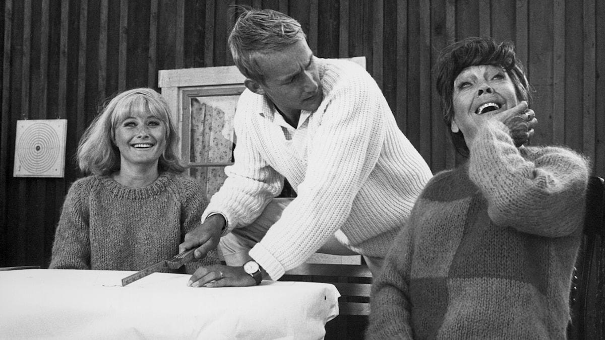 """Monica Zetterlund, Gösta Ekman och Katie Rolfsen under inspelningen av """"Att angöra en brygga""""."""