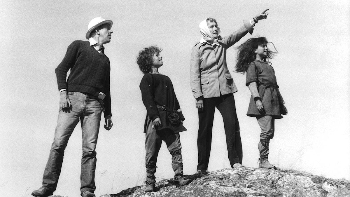 Astrid Lindgren och Tage Danielsson med skådespelarna Hanna Zetterberg som spelar Ronja och Dan Håfström som spelar Birk.