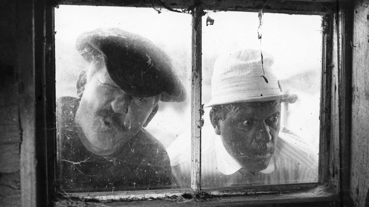 """Tjuvarna Ruskprick och Knorrhane, spelade av Hasse Alfredson och Tage Danielsson i filmen """"Skrållan, Ruskprick och Knorrhane"""" efter Astrid Lindgrens barnbok."""