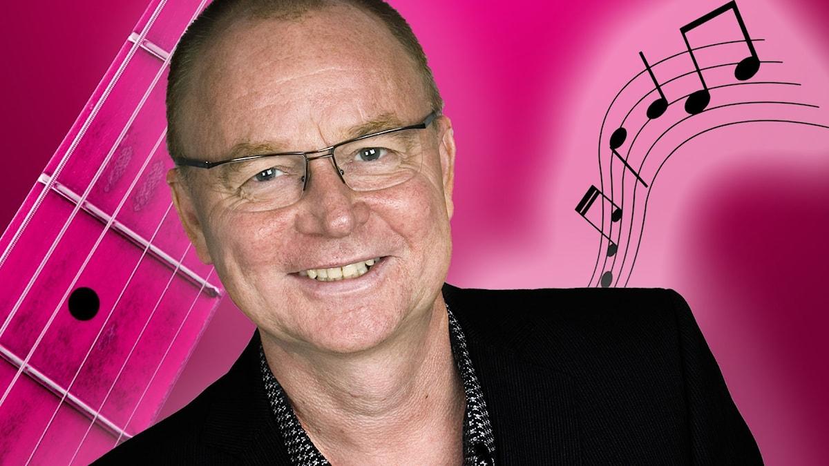 Porträttbild på Janne Lindvall som väljer musiken i Spanarna. I bakgrunden noter i svart mot en rosa bakgrund.