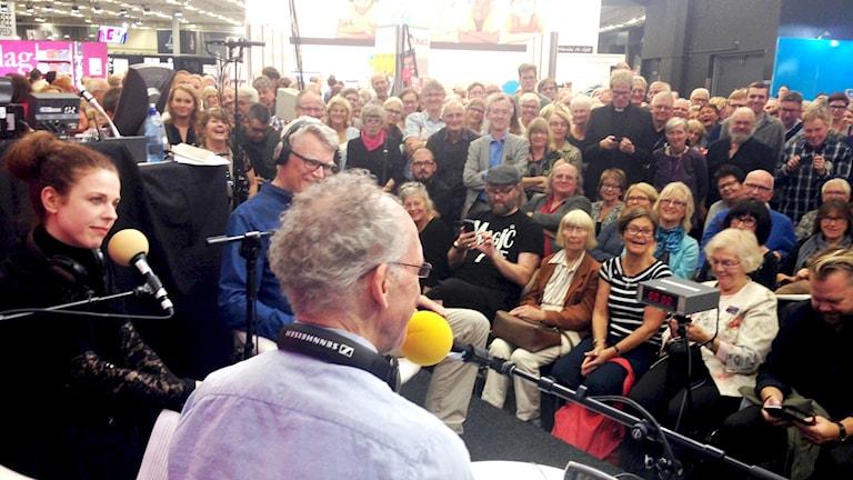 Publikhavet framför Sveriges Radios monter på Bokmässan under Spanarna i P1:s direktsändning.