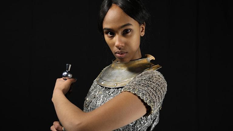 Segal Mohamed är den modiga Jeanne d'Arc i Historierummet i Barnradion. Foto: Charlotte Heyman/SR