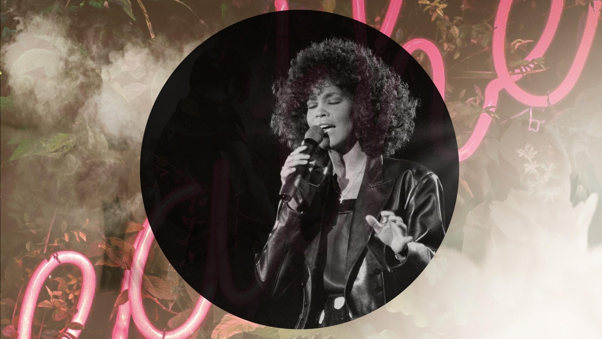 En bild på Whitney Houston när hon sjunger innerligt.