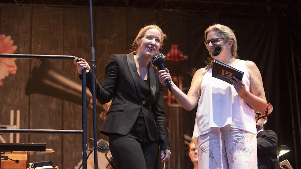 Bild: Cathrine Winnes och Pernilla Eskilsdotter på P2 i parken.