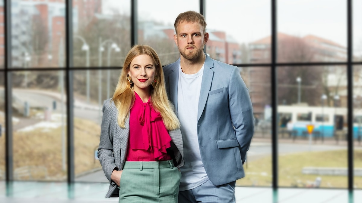 Bild på programledarna Martina Pierrou och Hector Apelgren.