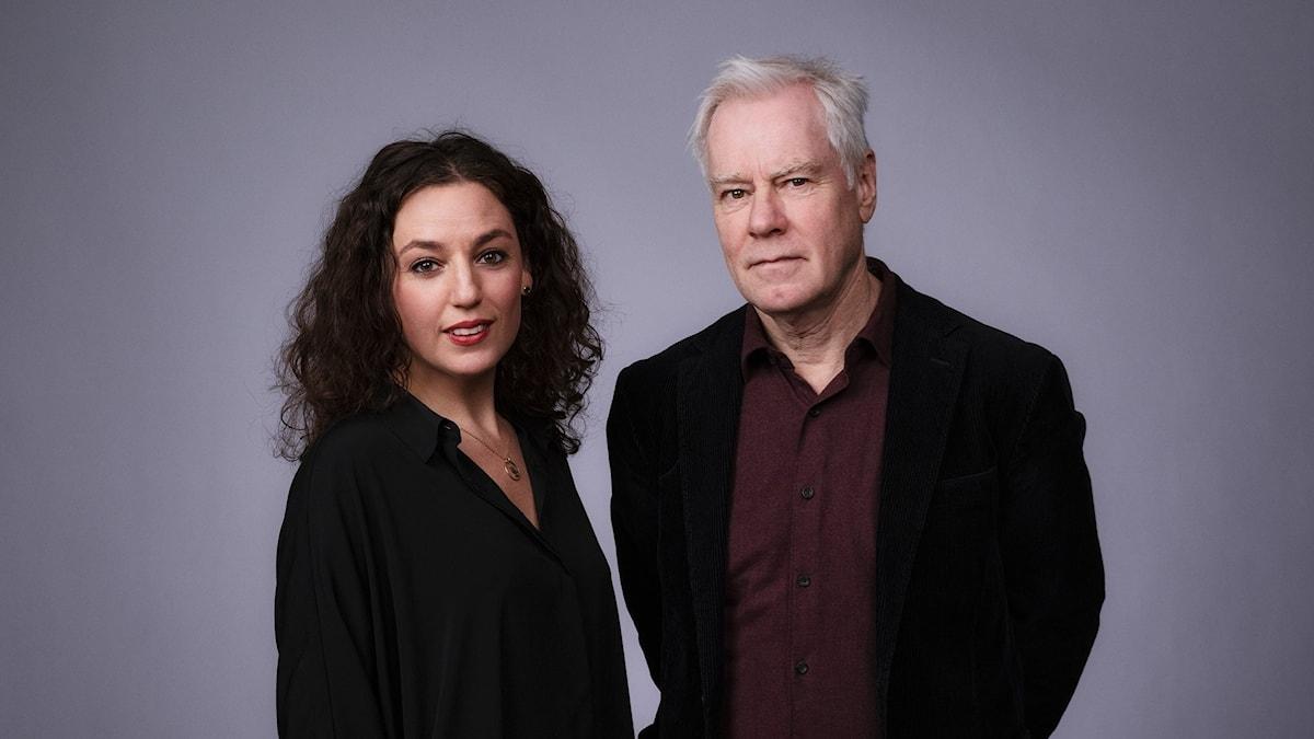 En bild i halvkroppsformat på en kvinnlig och en manlig programledare