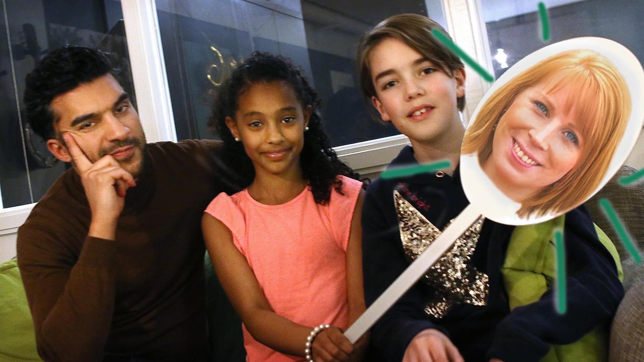 Farzad, Negwa och Nils sitter i en soffa. Negwa håller i en skylt med Annie Lööfs huvud på.