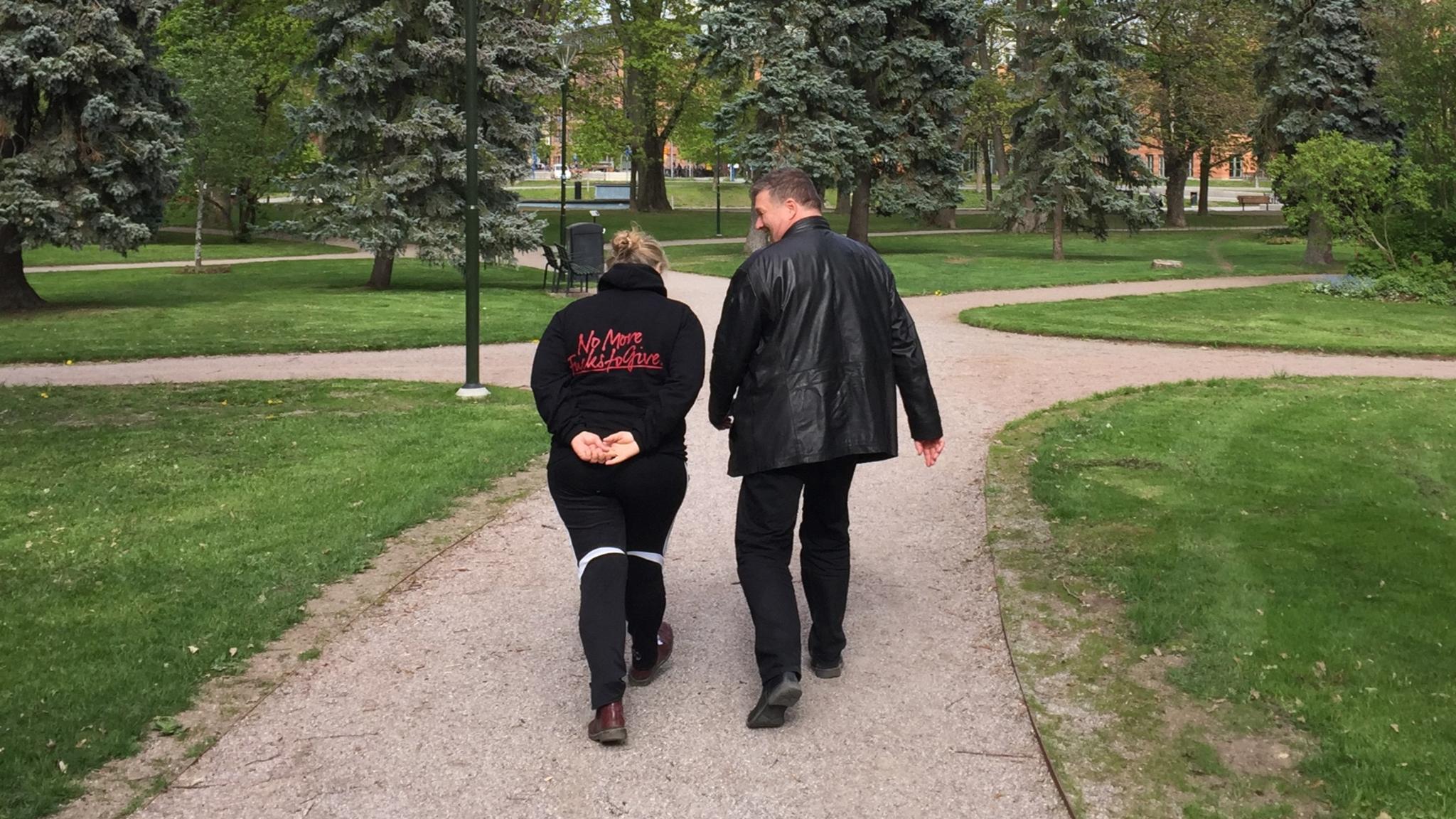 Stina Wollter på promenad med Carl-Johan Bachofner. Foto: Johanna Fellenius / SR.