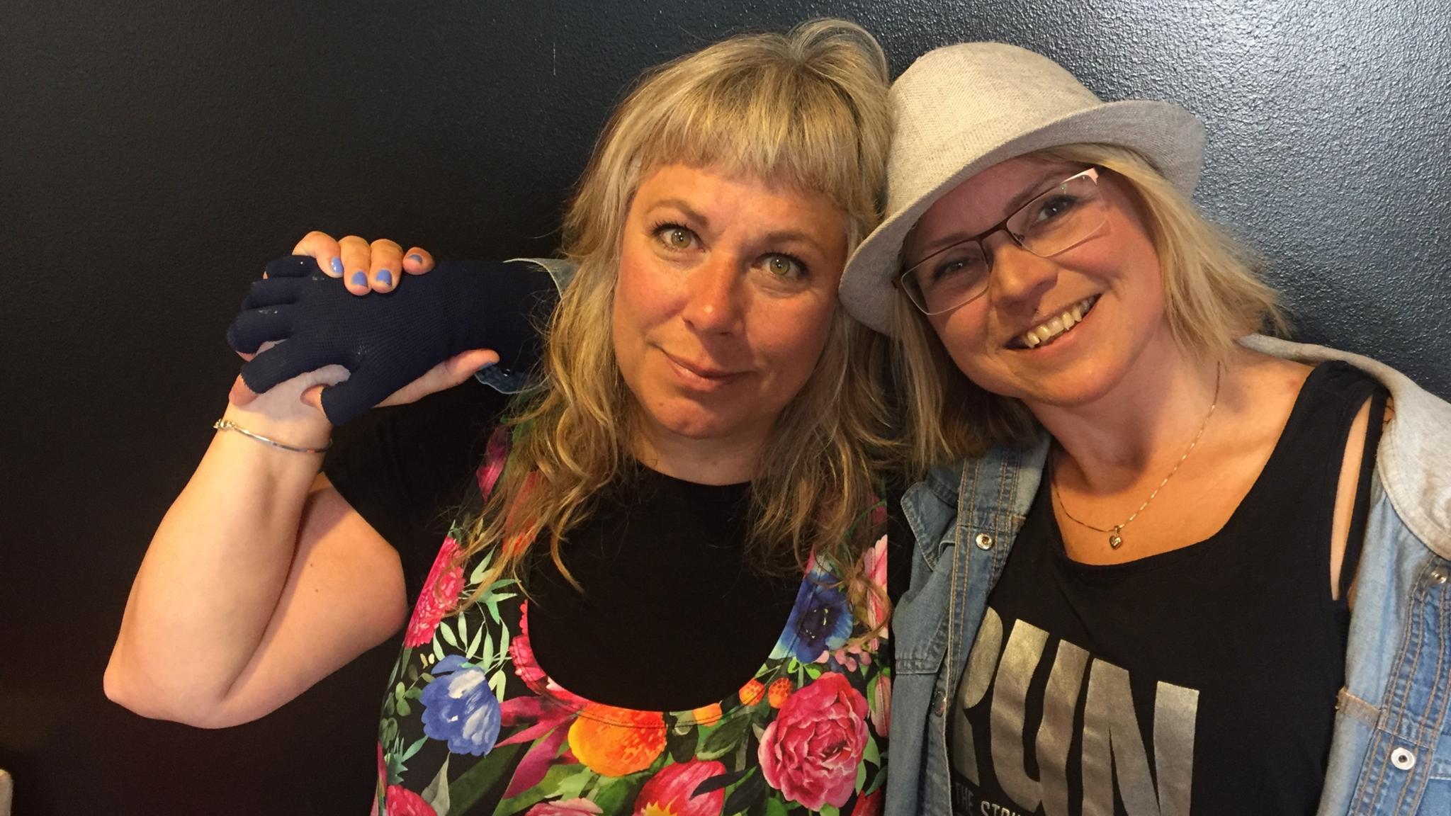 Stina Wollter med Charlotta Lindgren, som pratar om den avklädda kroppen. Foto: Johanna Fellenius / SR.