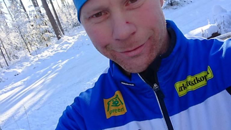 Bonden Marcus Sjöberg står i ett snöigt landskap