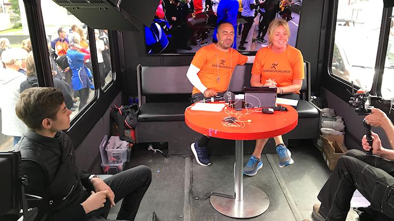 Bishara, Özz Nûjen och Anne Lundberg i sändarbussen, Springhjälpen 2019