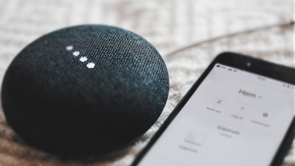 En smart högtalare och en mobil
