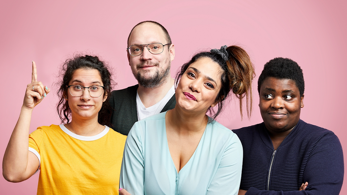 Angelica Cisalli, Jonatan Unge, Farah Abadi & Petrina Solange står framför en rosa vägg.