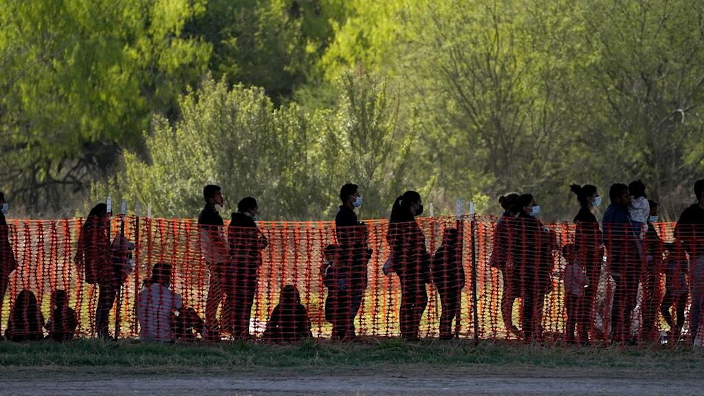 Flyktingar vid den amerikanska gränsen mot Mexiko.