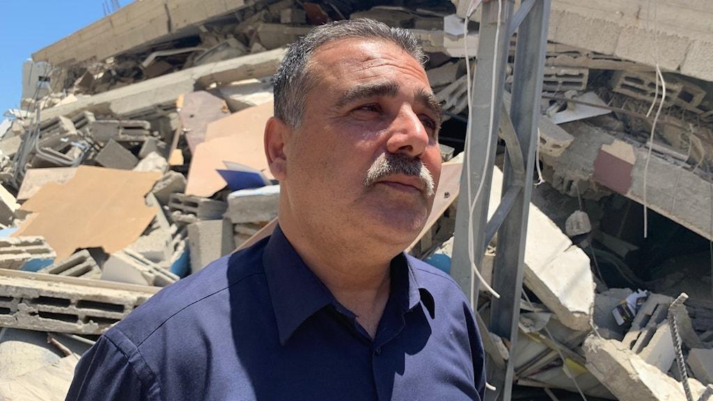 Bokhandlaren Samir Mansour i Gaza vars livsverk gått upp i rök