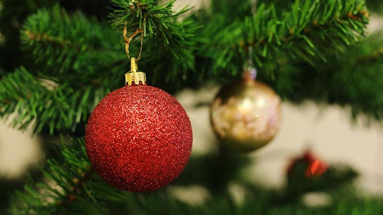 Julkulor hänger i en julgran