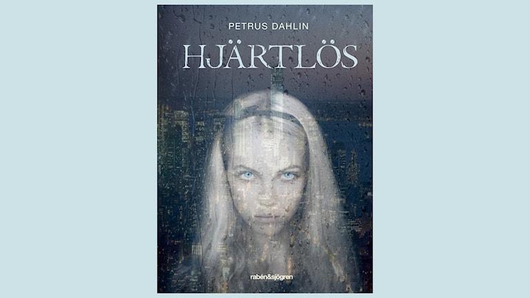 Hjärtlös, en rysare för 10-12 åringar av Petrus Dahlin. Maia lämnas ofta ensam i våningen i N.Y. Men är hon verkligen ensam? Från UR.