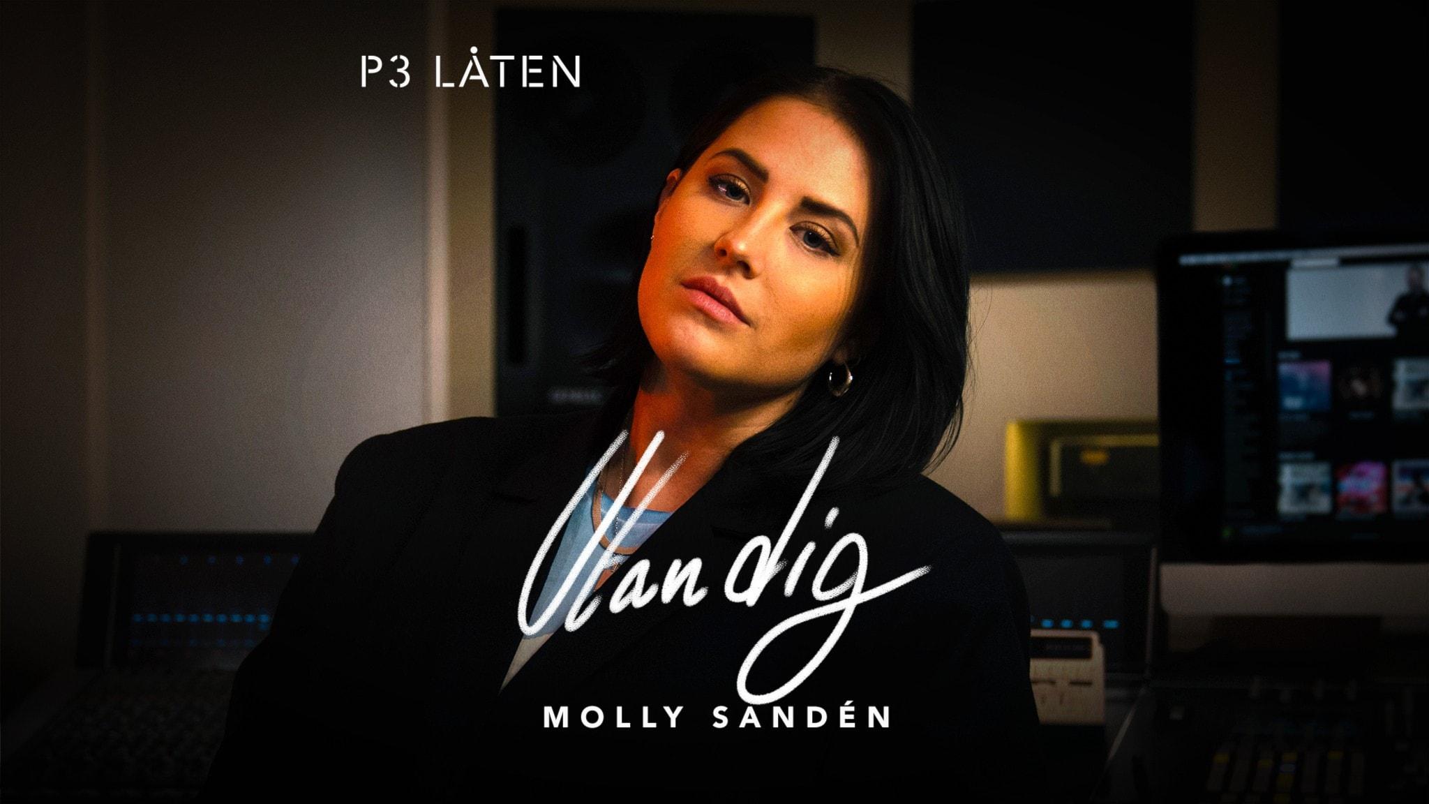 Molly Sandén sitter i sin musikstudio
