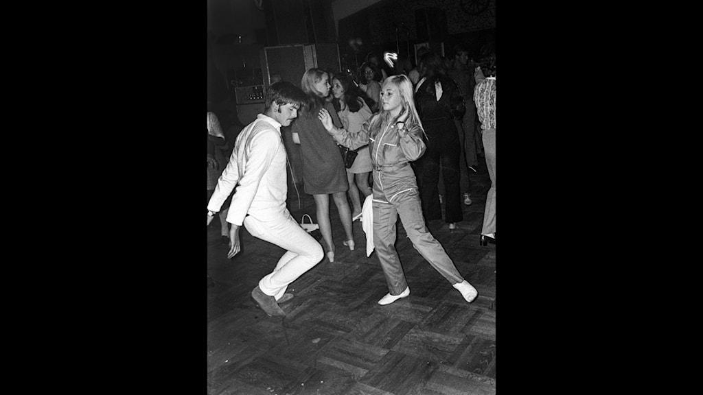 Kille och tjej dansar disco