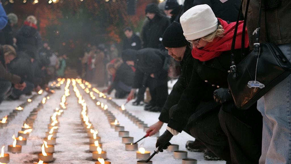Offren för tsunamin 2004 hedras ett år senare med tända ljus i Stockholm.