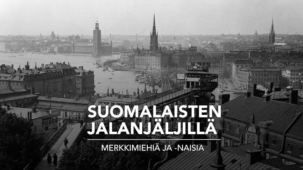 Mustavalkoinen kuva Tukholmasta Stockholm med hus och brygga från gamla tider