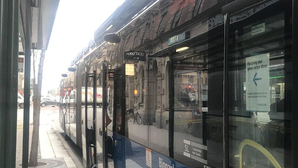Många passagerare upplever att bussarna lätt blir överfulla. Det gör det svårare att hålla den rekommenderade distansen nu under coronapandemin.