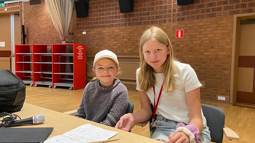 Aspirerande filmskaparna Alva Karlsson och Saga Läck medverkar på ett filmläger i Nykvarn.