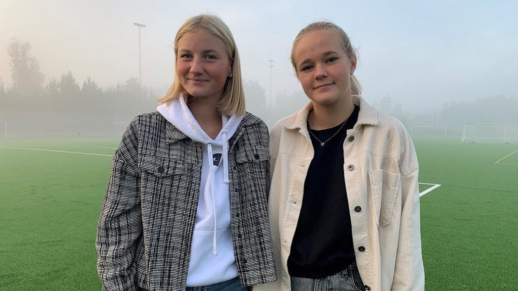 Fotbollsspelarna Ängla Nyman och Ebba Gustavsson.