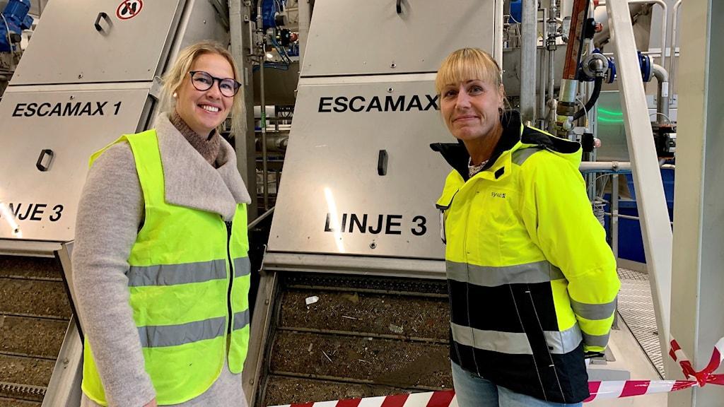 Till vänster står Nina Rydstedt på Telge Nät och till höger Marianne Forsell från SYVAB. De står framför en del av anläggningen på reningsverket.