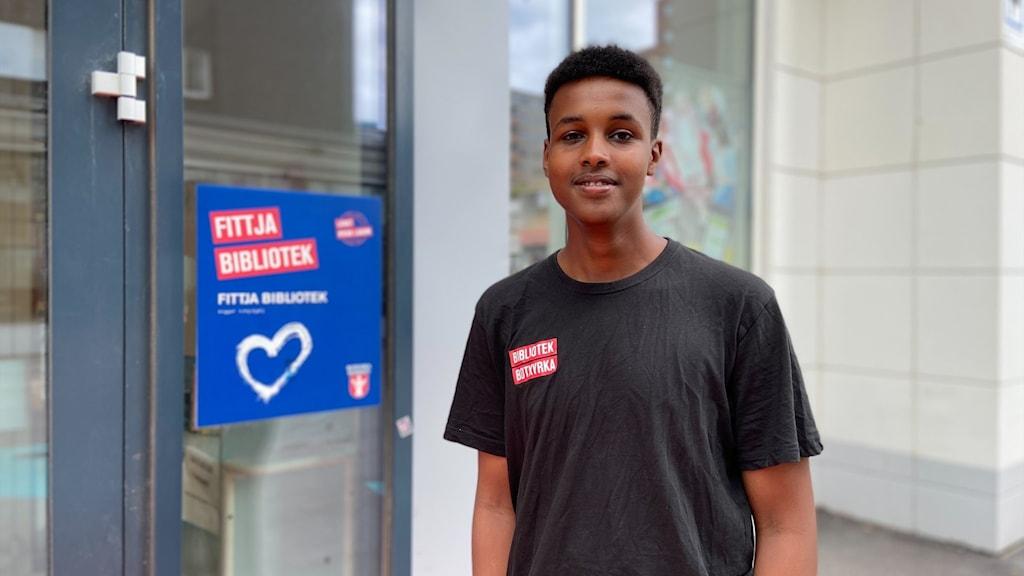 Ahmed Mose sommajobbar på Fittja bibliotek.