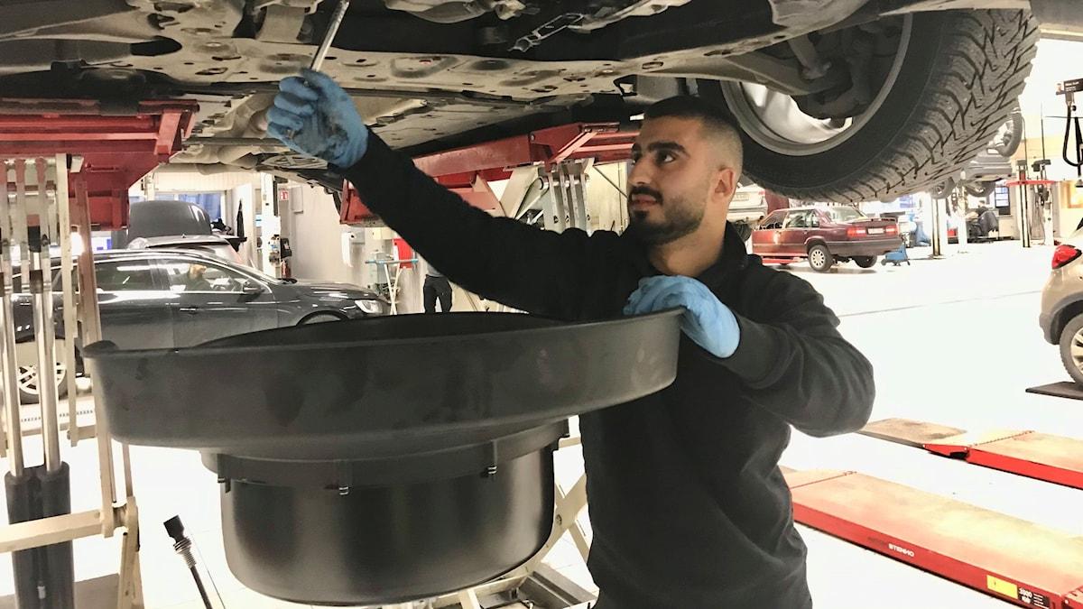 Renio Afram är mekaniker på en serviceverkstad i Södertälje.