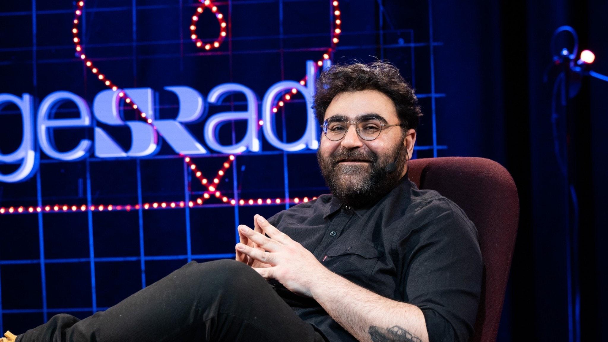 Kvällens värd Saman Bakhtiari sitter på scenen i studio 4 i Radiohuset.