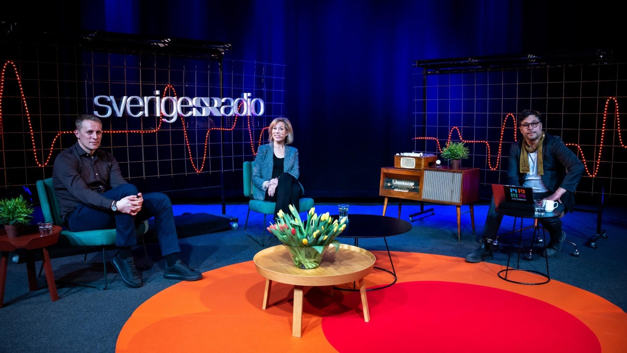Richard Henriksson, Ginna Lindberg och kvällens värd Martin Wicklin sitter på scenen i Studio 4 tillsammans.