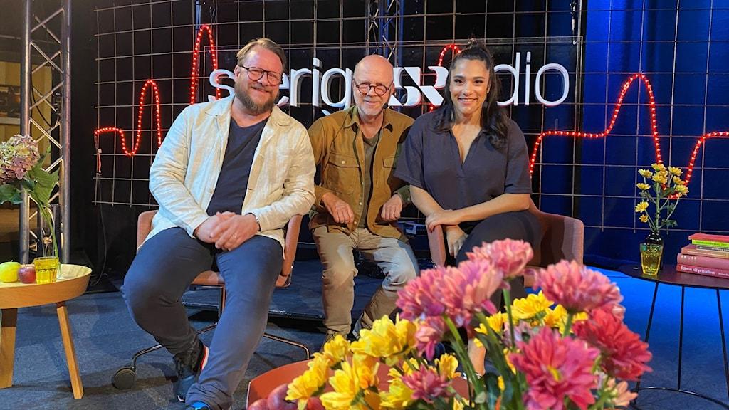 Kvällens värd Gunnar Bolin sitter på scenen tillsammans med gästerna, Farah Abadi och Johan-Mathias Sommarström.
