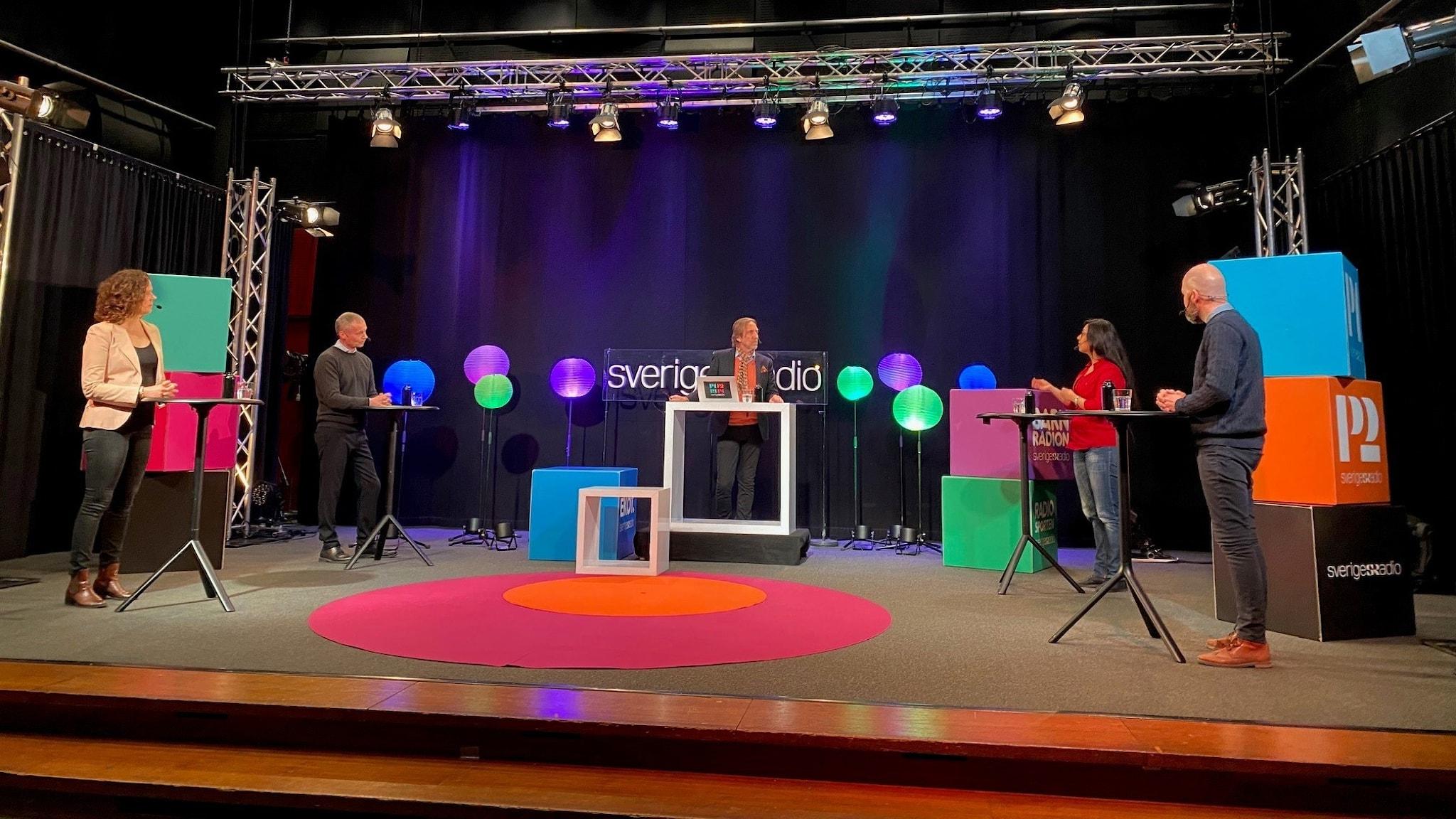 Panelen står tillsammans med moderator Erik Blix på scenen i Studio 4 i Radiohuset i Stockholm.