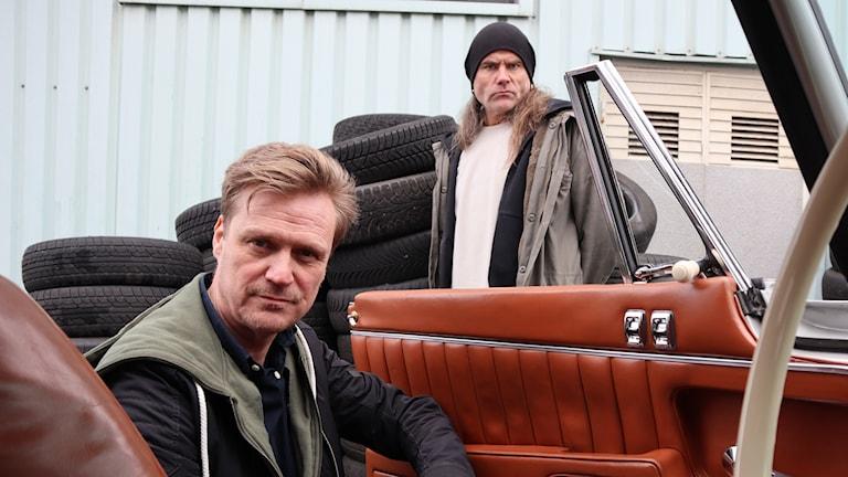 Ett program om bilar och bilentusiaster av en konnässör och en amatör.