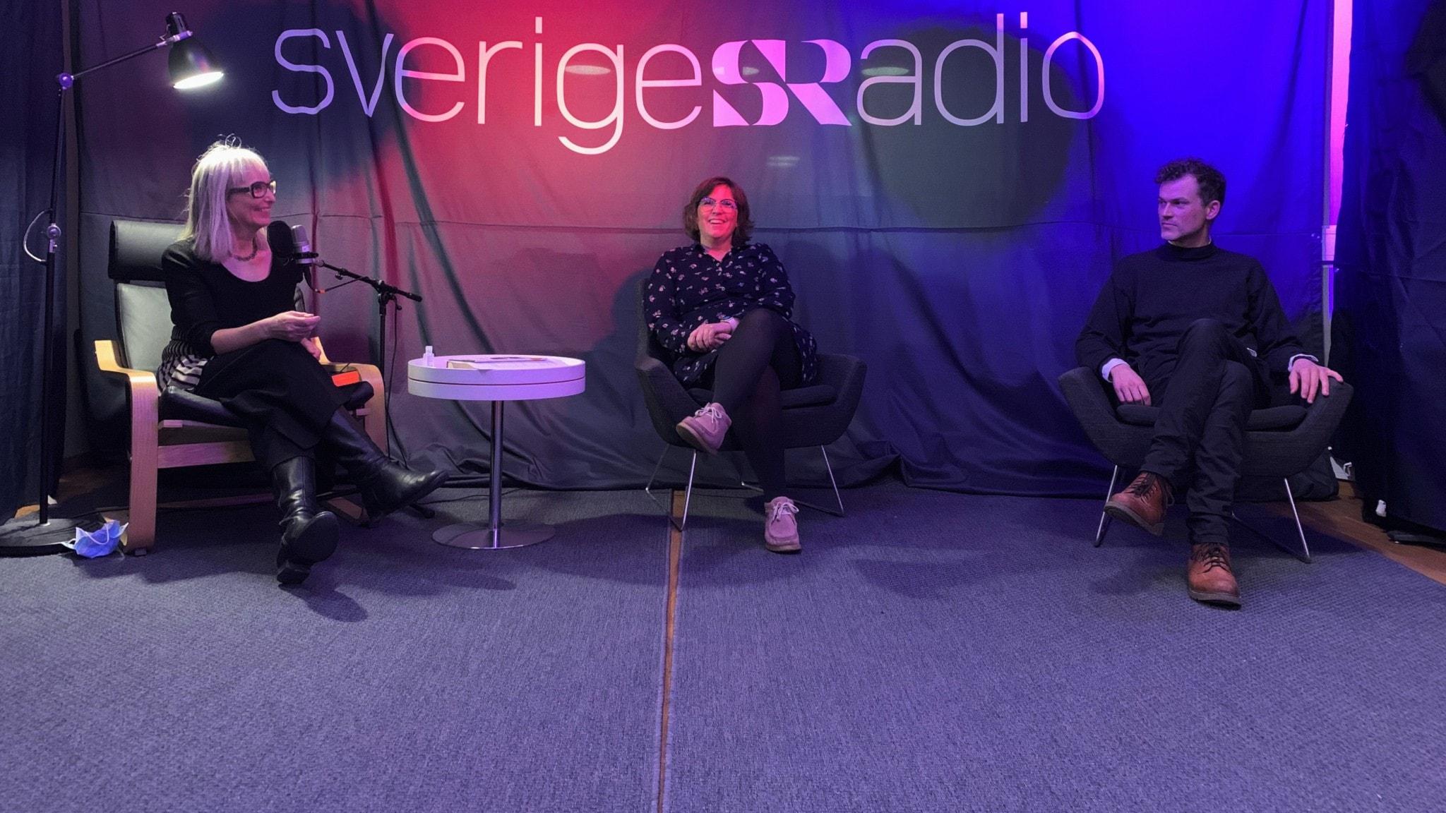 Tre personer som sitter i en studio.